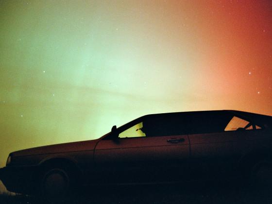 Mein altes KV-Coupé, im Oktober 2003 nachts beim seltenen Polarlicht in den Niederlanden fotografiert (analog, deswegen nicht so scharf).